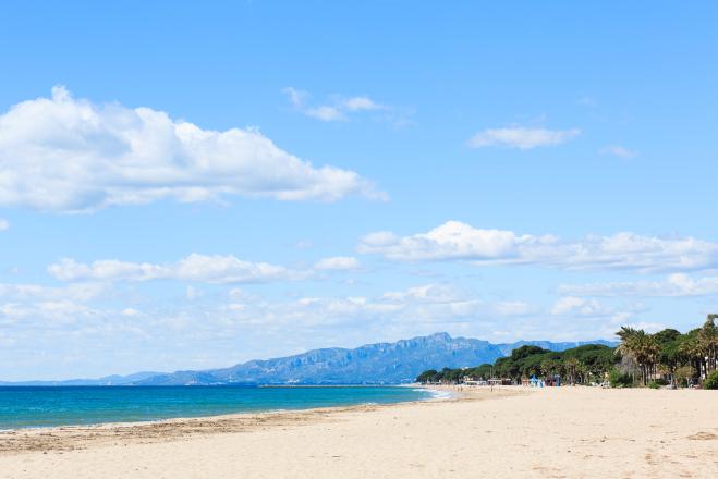 sol y arena, jugar en la arena con niños, castillos de arena, bañarse en el mar